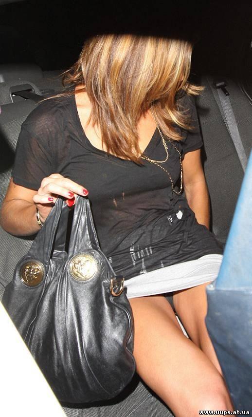 Эшли Мишель Грин в короткой юбке засветила черные трусики