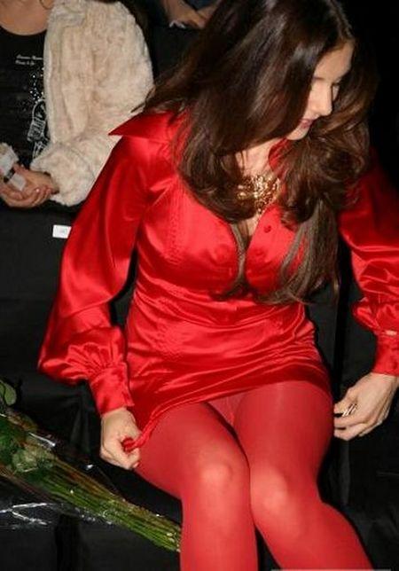 Сидячая Анна Седокова в красных колготках под юбкой